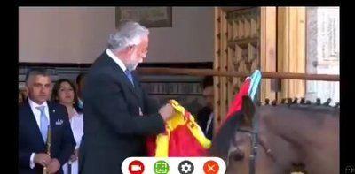 VÍDEO | El polémico vídeo de Ramos limpiándose una caca de paloma con la bandera de España