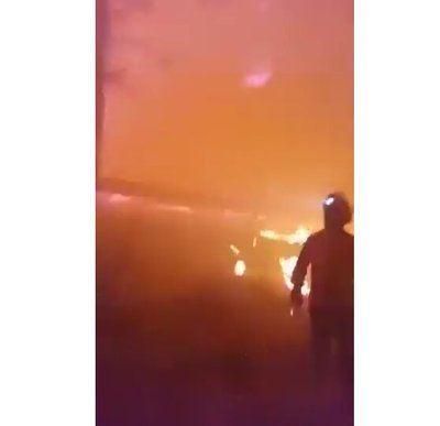 VÍDEO   Los bomberos se juegan la vida para extinguir el incendio de Gran Canaria