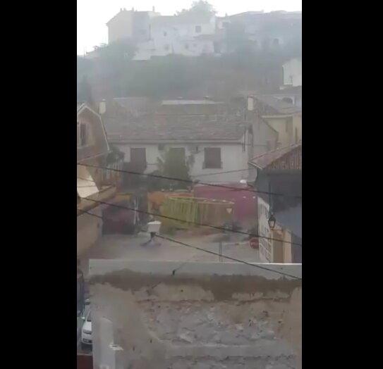 VÍDEO | Una fuerte riada arrastra atracciones de feria en Borox