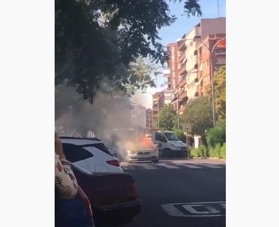 VÍDEO| Arde un coche en la Avenida Pío XII de Talavera