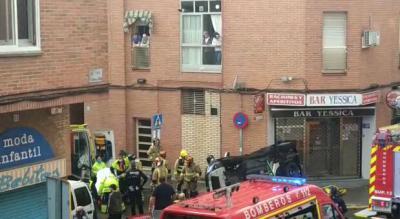 VÍDEO | Bomberos de Talavera ayudan a salir a un hombre de un coche volcado tras un accidente