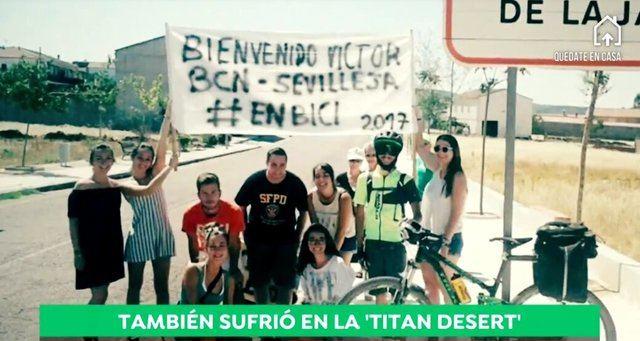 Víctor a su llegada en bici a Sevilleja de la Jara desde Barcelona