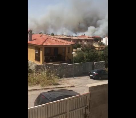 ÚLTIMA HORA | Desalojan viviendas de una urbanización por un incendio forestal en El Casar de Escalona