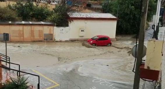 VÍDEO | Una fuerte riada arrastra coches en Cebolla