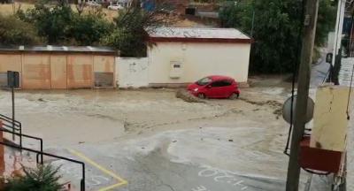 VÍDEO   Una fuerte riada arrastra coches en Cebolla