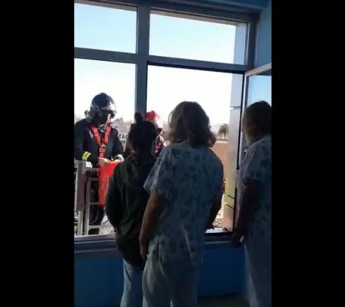 VÍDEO   La ilusión llega subida a una grúa: los bomberos visitan a los niños ingresados en el Hospital de Talavera