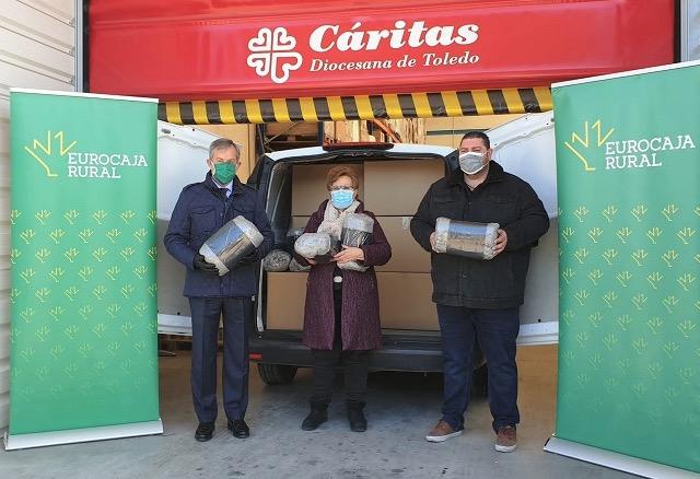 SOLIDARIDAD | Eurocaja Rural entrega a Cáritas más de 200 mantas para personas sin hogar y familias
