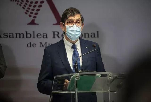 COVID-19 | Dimite el consejero de Salud de Murcia tras su polémica vacunación
