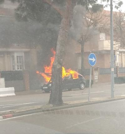VÍDEO | Susto en Talavera por el incendio de un coche cerca de un colegio