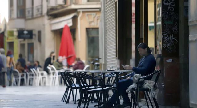 Un hombre sentado en la terraza de un bar | Archivo |EUROPA PRESS