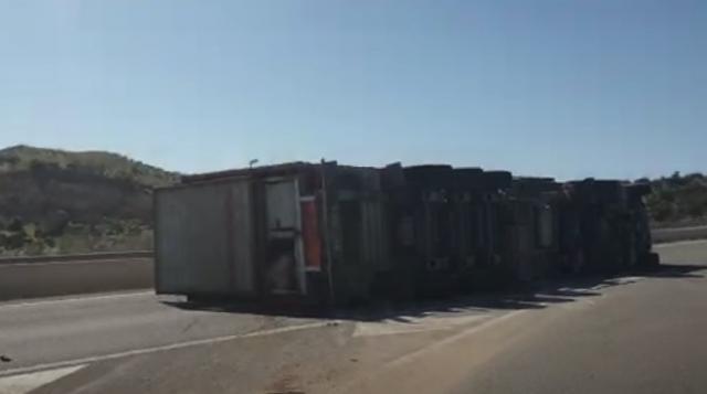 VÍDEO | Un herido al volcar un camión que transportaba cerdos en un pueblo de Toledo