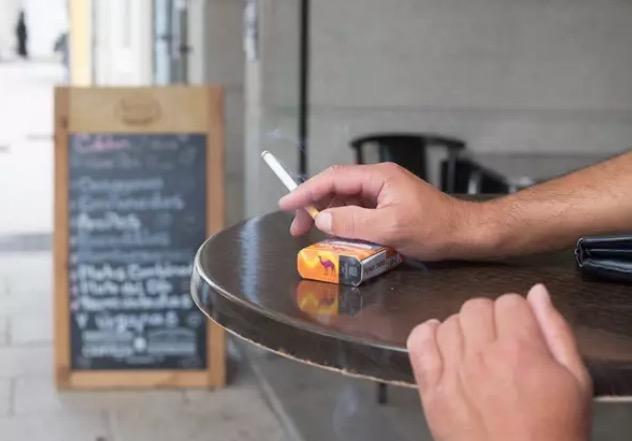 Una persona fuma en una terraza | Carlos Castro - Europa Press