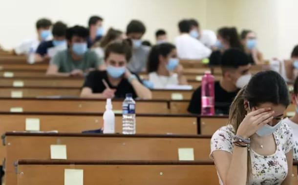 Estudiantes durante la realización de las pruebas de la EVAU el año pasado - Álex Zea - Europa Press - Archivo