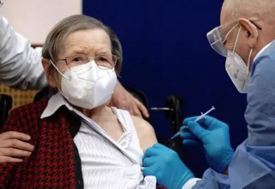 Los mayores de 80 años comienzan a recibir la tercera dosis de la vacuna