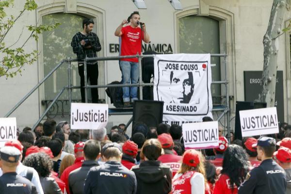 Familiares, amigos y compañeros de José Couso, concentrados frente a la embajada de EE.UU en 2014.