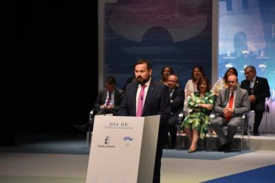 Juan Ramón Amores, Medalla de Oro de la Región, pone en pie hasta tres veces al auditorio con su discurso