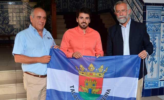 El piragüista talaverano Paco Cubelos es recibido por el Alcalde