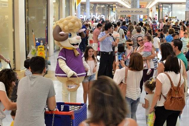 Más de 1.500 niños asisten a la fiesta de presentación de Alfi, la nueva mascota de Los Alfares