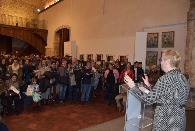 """La alcaldesa comparte la """"lección de vida"""" reflejada en las doce instantáneas de Cristina Martínez Bodas"""