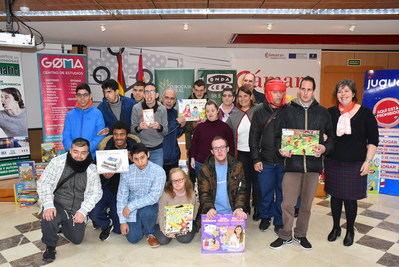 La iniciativa 'Sonrisas de cuento' entrega 300 libros a Madre de la Esperanza de Talavera