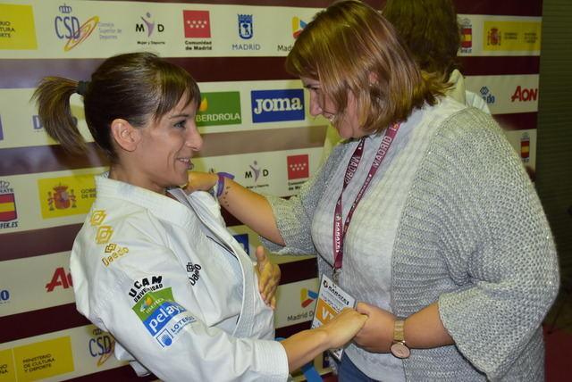 La alcaldesa de Talavera, con Sandra Sánchez en su victoria en la Premier League de Madrid y el quinto título consecutivo en el circuito mundial
