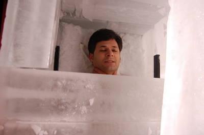 Alfred Cobami bate el récord mundial en Talavera, 3 horas y 34 minutos en un sarcófago de hielo