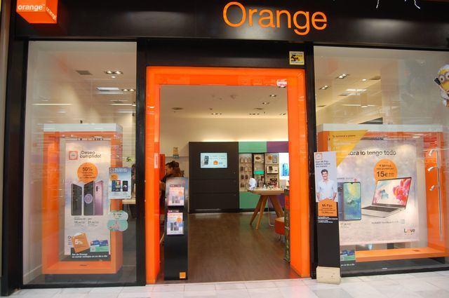 Orange tiñe de color naranja Talavera con sus tiendas de telefonía