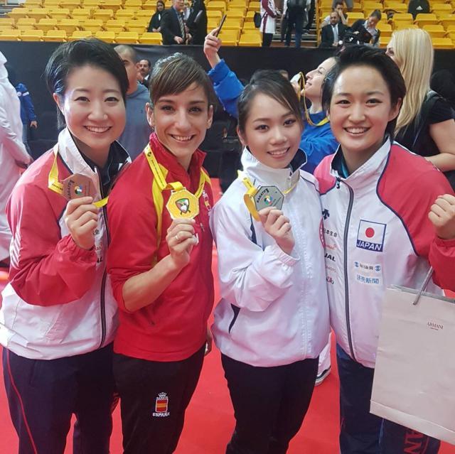 Sandra Sánchez posa con su medalla de oro junto a sus rivales