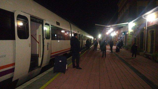 VÍDEO | El tren Extremadura-Madrid deja tirados a más de 160 pasajeros de noche y en mitad del campo