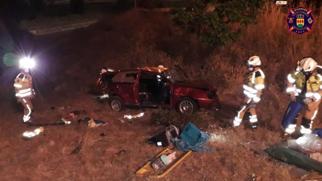 Cinco heridos al caer un coche por un terraplén de 10 metros