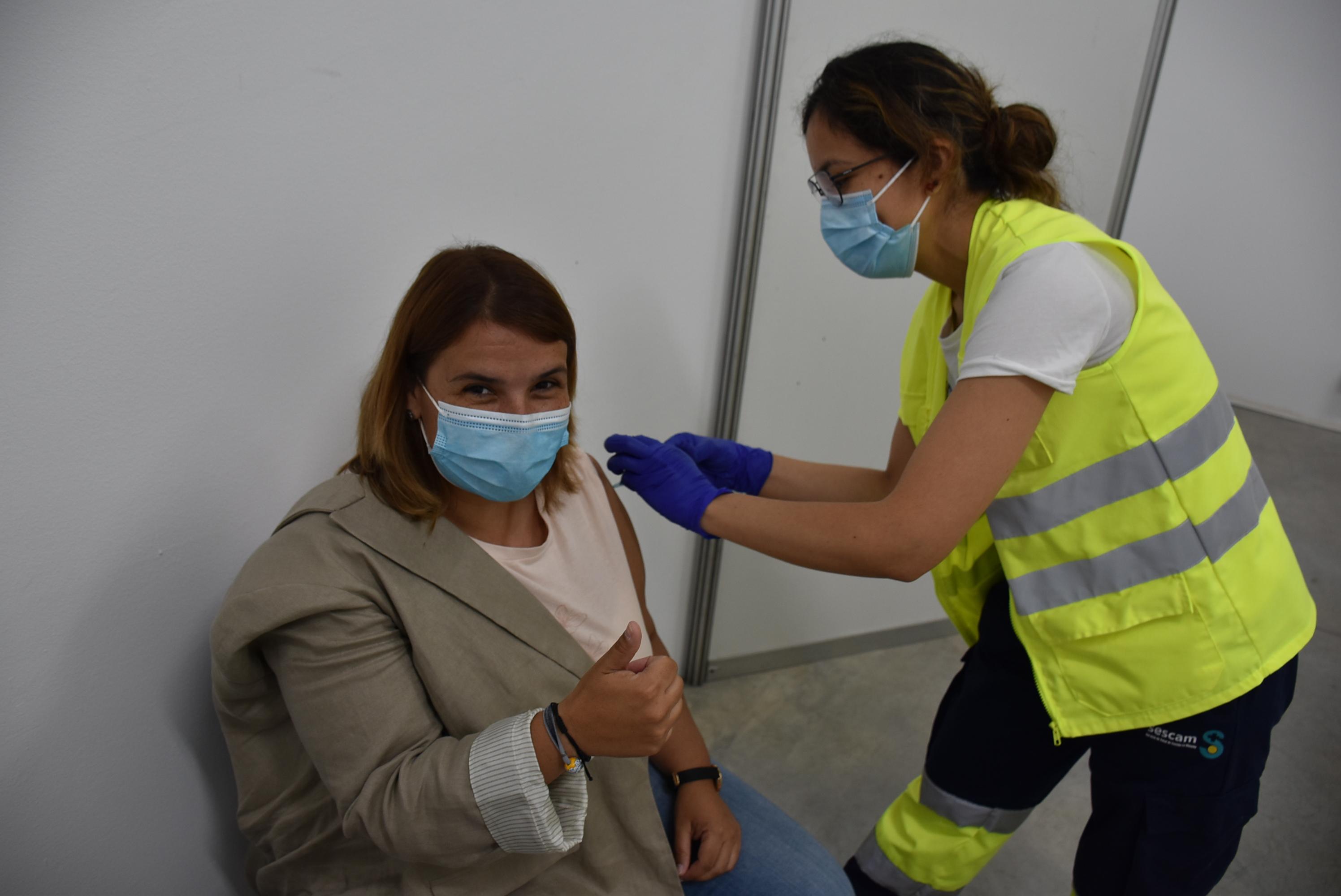 La alcaldesa de Talavera, Tita García, se vacuna contra la Covid-19
