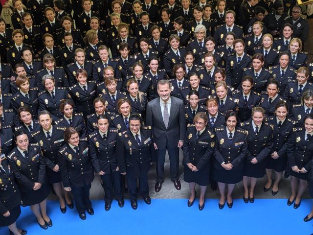 El Rey destaca el papel de las mujeres para transformar la Policía Nacional en una institución 'moderna'