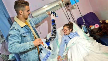 Jugadores del CF Talavera visitan a los niños del Área de Pediatría del Hospital (fotos)