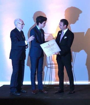 Tomás Rufo recoge su premio de manos de Enrique Ponce