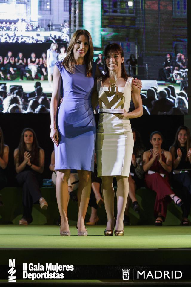 Sandra Sánchez recibe su galardón.