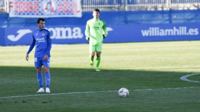 Javi se dispone a sacar una falta en el partido ante el Las Palmas