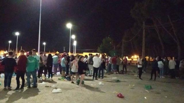COVID-19 | Indignación en Tomelloso: unos 500 jóvenes celebran un macrobotellón