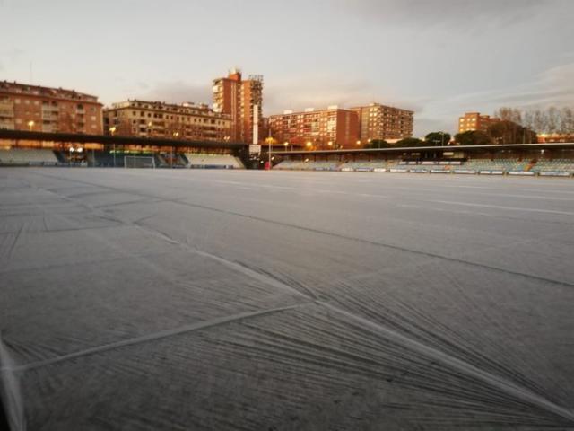 LA IMAGEN | Así se cuida el césped de 'El Prado' contra el frío