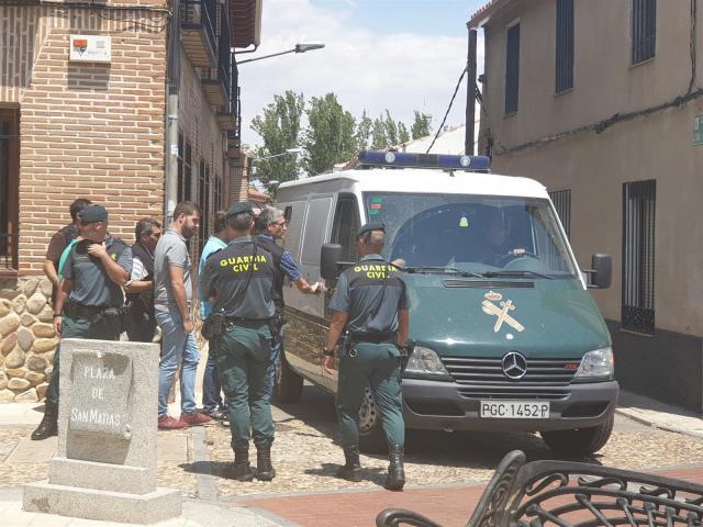 Imagen de la salida de los implicados ante la presencia de la Guardia Civil.