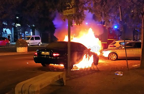 MÁS VIDEOS | Así ha ardido el vehículo en una avenida de Talavera