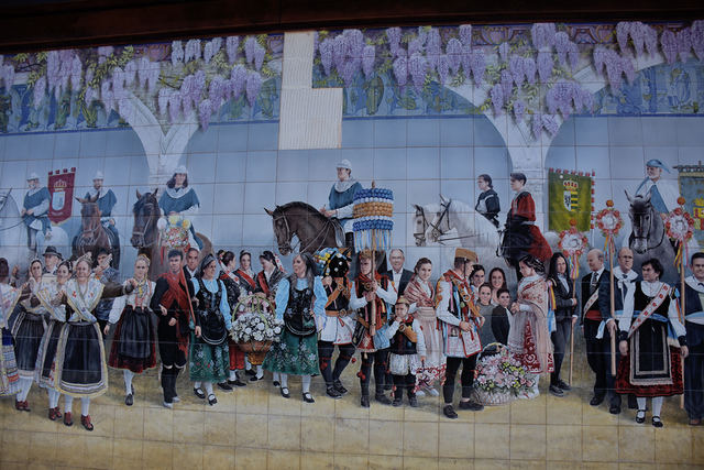 Caen varios azulejos del mural de 'Las Mondas'