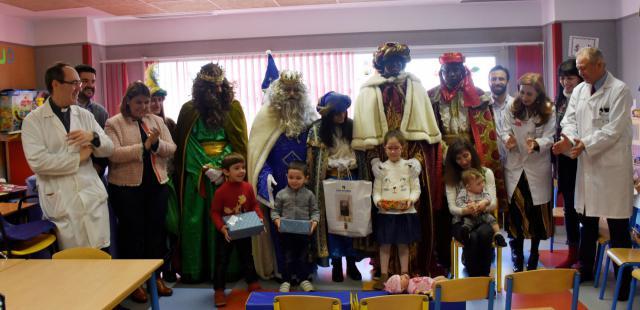 Los Reyes Magos visitan el Hospital, el 'CADIG' y la Residencia de Mayores