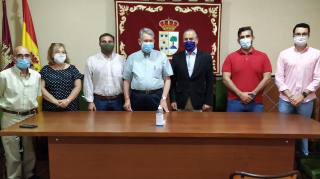 Gregorio con el alcalde los concejales de Layos