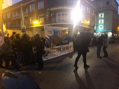 """Unas ochenta personas reivindican en Talavera"""" un futuro para la ciudad"""" ante los representantes políticos"""