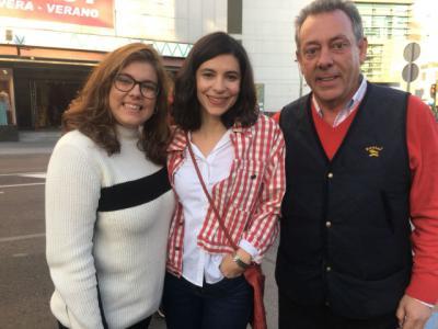 Irene Visedo (centro) junto a Manuel Dégano y Cristina Dégano