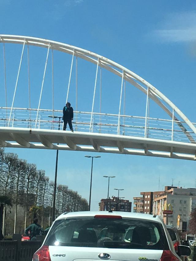 Un bombero de Talavera evita el suicidio de una mujer que iba a arrojarse del puente del hospital