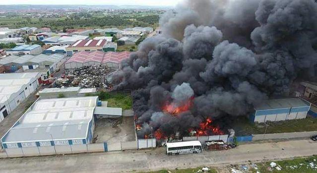Impresionantes imágenes del incendio en una nave en el polígono industrial Valdefuentes