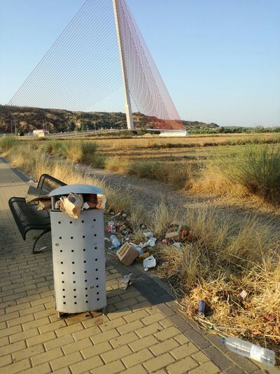 Denuncian la falta de limpieza en las inmediaciones del puente atirantado de Talavera