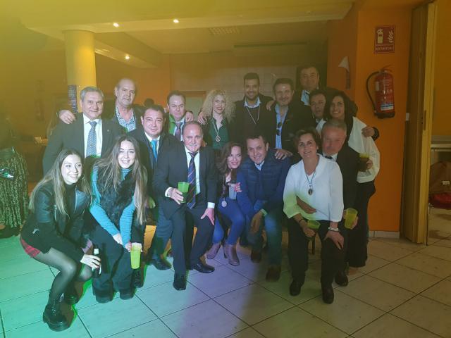 El anfitrión, Pedro Pérez, con algunos de los invitados y vecinos.e