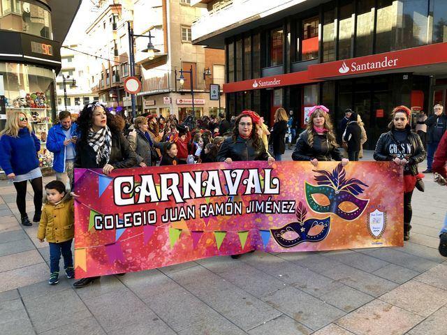 Los alumnos y profesores de Colegio Juan Ramón Jiménez celebran un desfile de carnaval